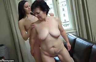 सुनहरे बालों वाली 18 साल पुराने नीले मोजे के साथ मेज पर बैठता है और उसके स्तन से पता चलता है सेक्स मूवी हिंदी इंग्लिश